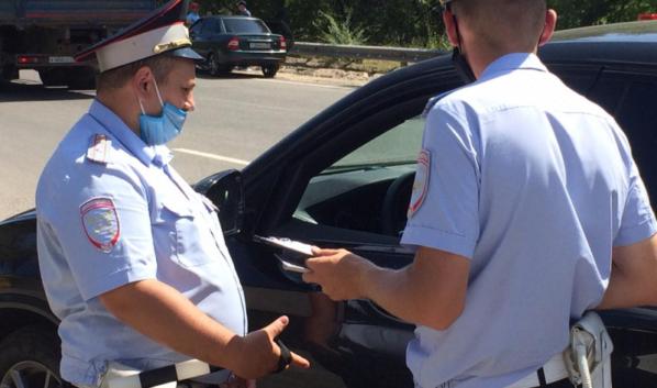 Полицейские останавливали авто с иностранными номерами.