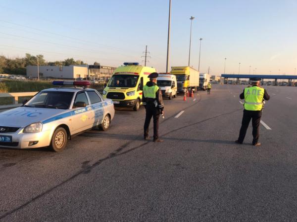 Полицейские остановили уставших водителей.