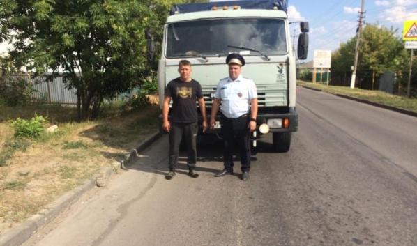 Инспекторы ДПС помогли водителям грузовиков.