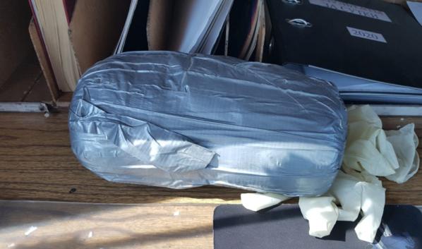 У пассажира в сумке нашли наркотик.