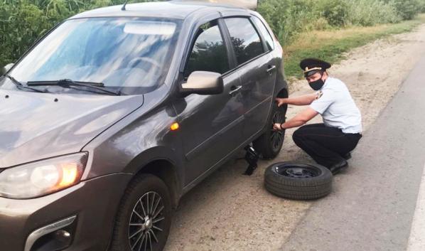 Сотрудник Росгвардии помог автомобилистке.
