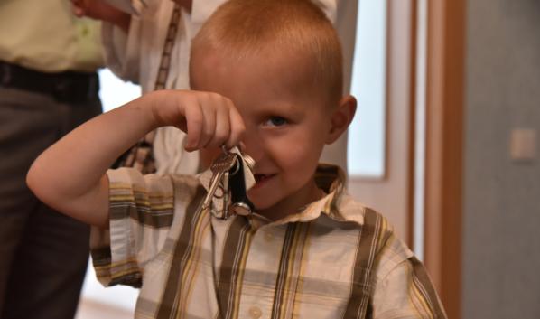 Многодетная семья получила ключи от квартиры в Воронеже.