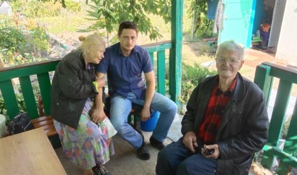 Ярослав со спасенными им стариками.