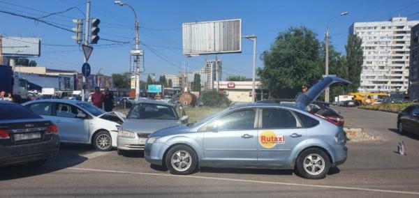 Массовая авария на перекрестке улиц Остужева и Переверткина.