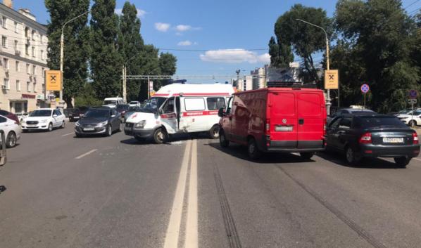 Авария со скорой помощью в центре Воронежа.