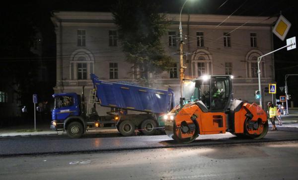 В Воронеже на проспекте Революции уложили верхний слой дорожного покрытия.