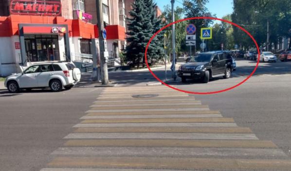 Нарушитель припарковался на переходе.