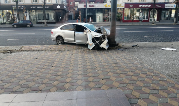 Иномарка протаранила столб в центре Воронежа.