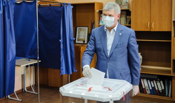 Александр Гусев на избирательном участке.