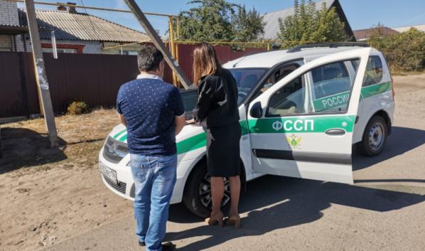 Приставы арестовали авто нарушителя.