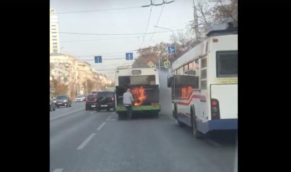 Автобус горит открытым пламенем.