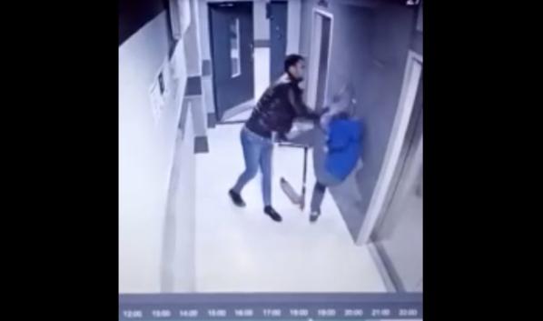 Мужчина напал на мальчика в подъезде.