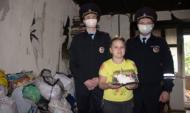 Полицейские спасли женщину и двух детей.