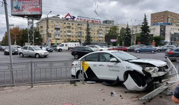 Яндекс.Такси попало в ДТП.