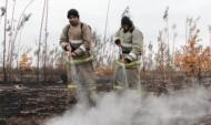 Спасатели продолжают борьбу с огнем.