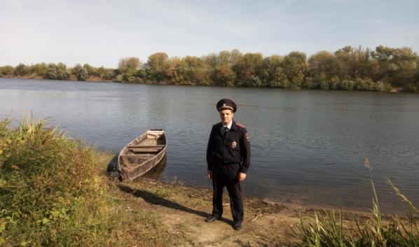 Полицейский спас рыбака.