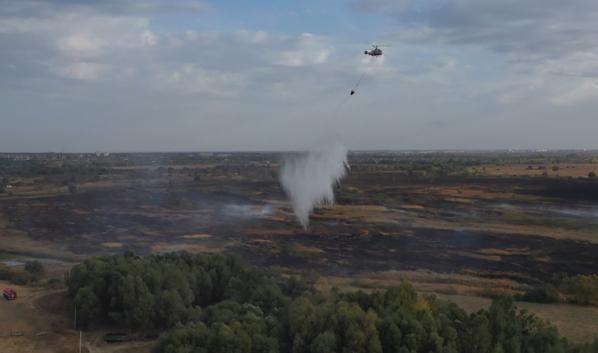 Пожар тушат с помощью авиации.