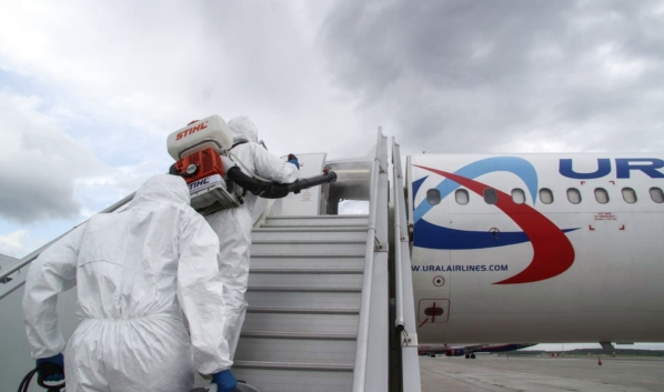 Самолет обрабатывают дезинфицирующими средствами.