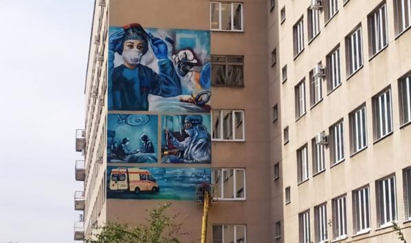 Граффити в честь медиков, борющихся с COVID-19.