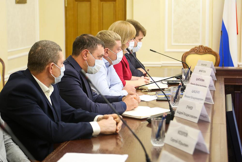 Глава Воронежа Вадим Кстенин провел заседание рабочей группы с руководителями компаний-перевозчиков и общественниками.