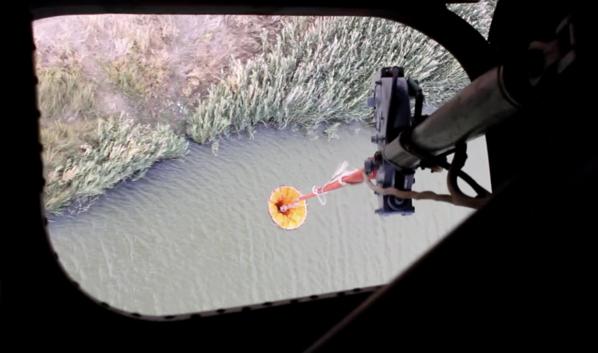 Вертолет Ка-32 забирает воду для тушения пожара.