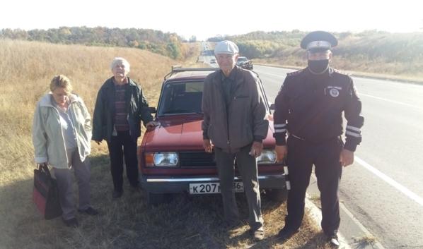 Инспекторы помогли пожилому автомобилисту.