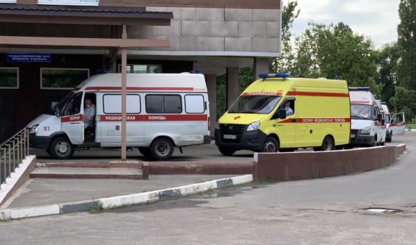 Скорая привозит больных коронавирусом в стационар Воронежа.