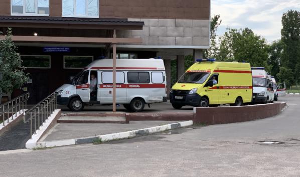 Очередь из машин скорой помощи в коронавирусное отделение больницы.