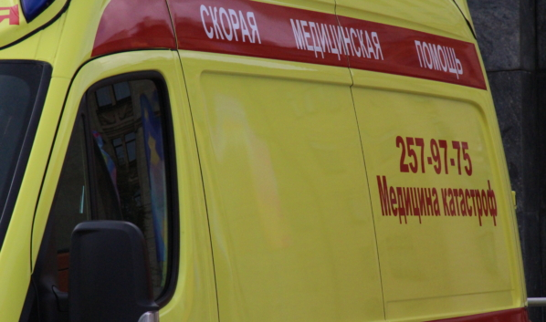 Водитель погиб на месте, а пассажирку доставили в больницу.
