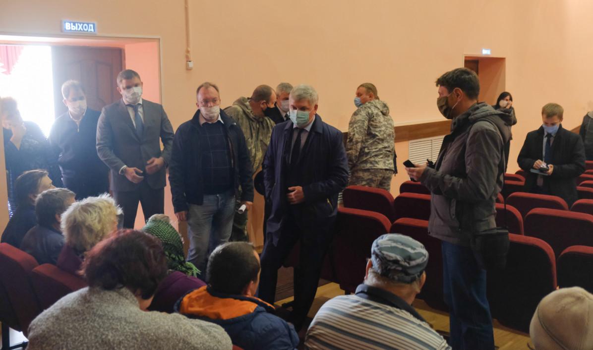 Александр Гусев на встрече с жителями села.