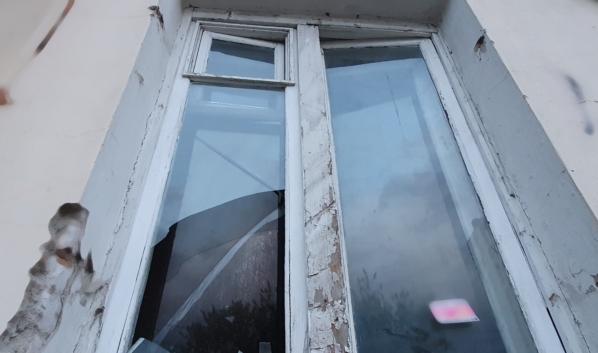 Мужчины пробрались в дом, разбив окно.