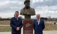 Памятник установили в селе Орлово, где родился журналист.