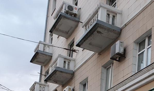 Некоторым балконам в Воронеже требуется ремонт.