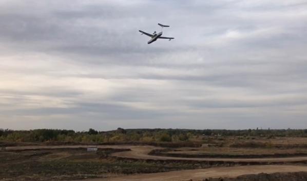 Самолет Бе-200 помогает тушить лесной пожар.