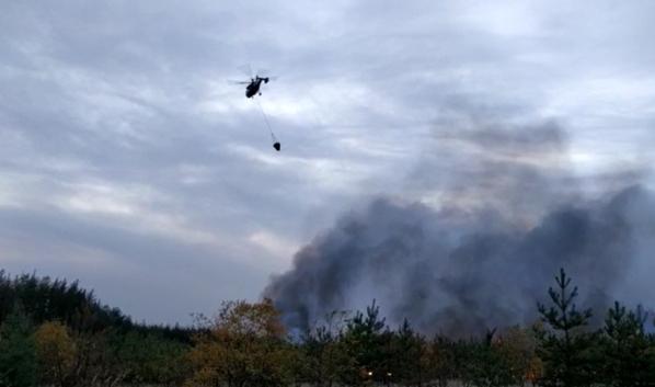 Вертолет тушит пожар в районе Николаевки.