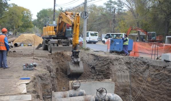 Идет ремонт магистрального трубопровода.