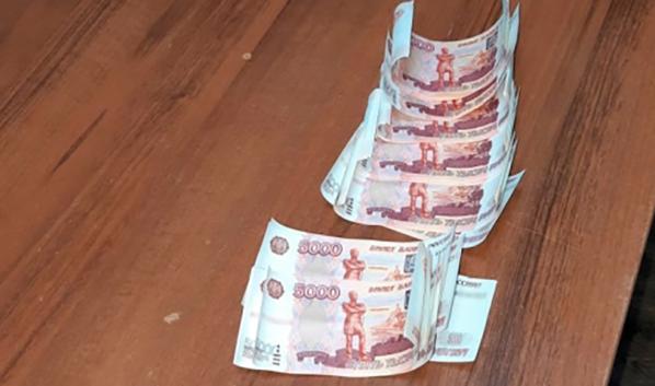 Фальшивые деньги.