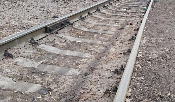 Люди гибнут под поездами.