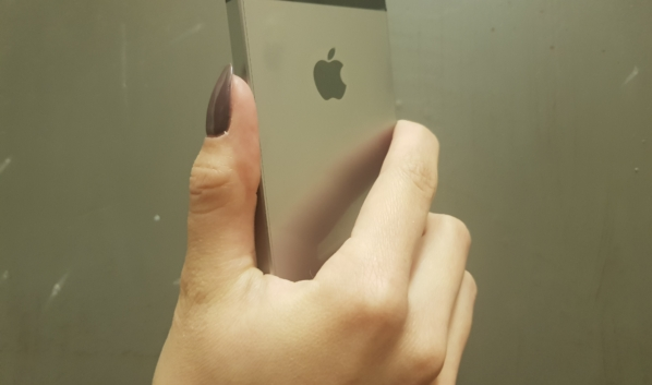 Смартфоны украла девушка.
