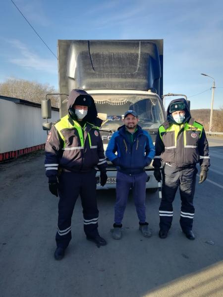 Госавтоинспекторы помогли водителю.