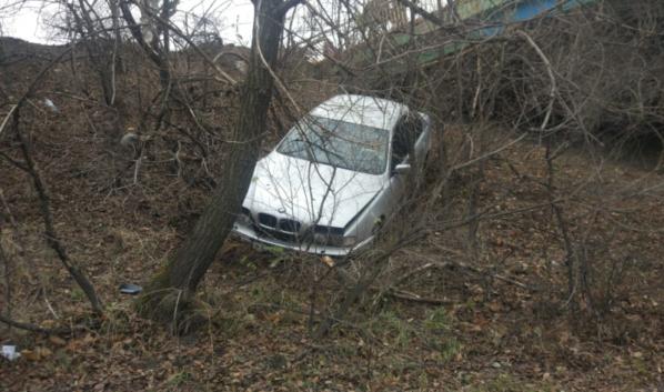 BMW вылетела с моста после аварии.