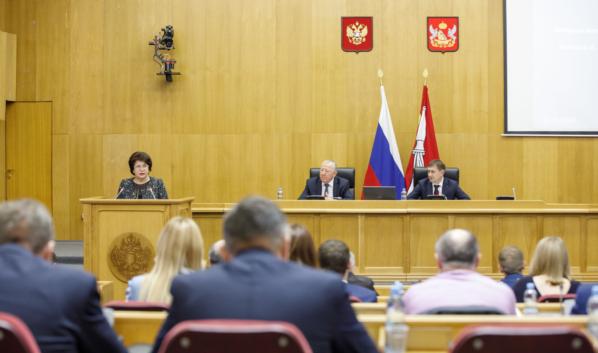 Депутаты областной Думы на заседании регионального парламента.
