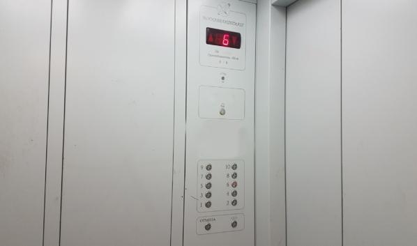 Эпидемиолог предупредил об опасности заразиться COVID-19 в лифте.