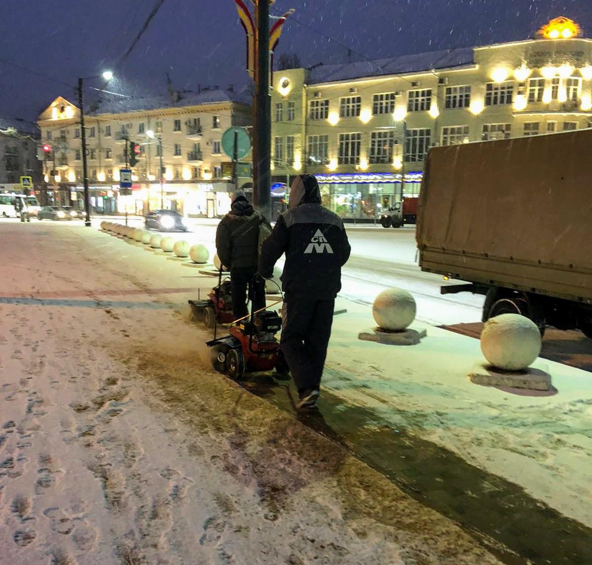 Ночная уборка города от снега.