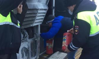 ДПСники помогли потушить автобус.