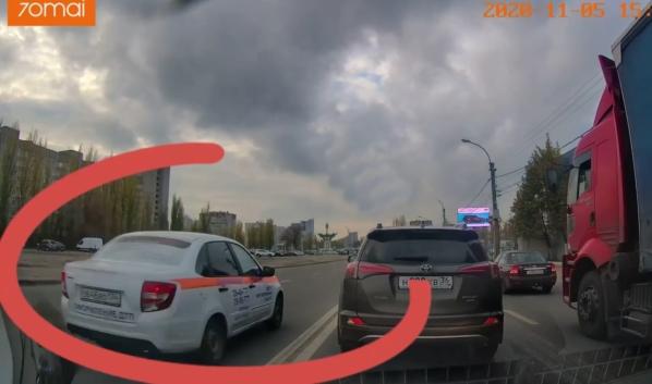 Водитель решил объехать пробку по встречной полосе.