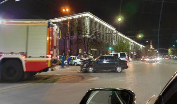 Авария случилась на перекрестке.