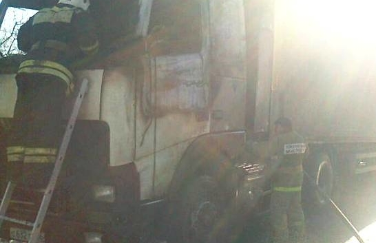Спасатели тушили горевший грузовик.