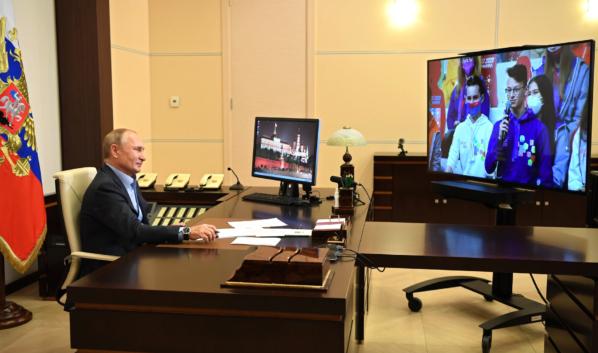 Владимир Путин общается с финалистами конкурса «Большая перемена».