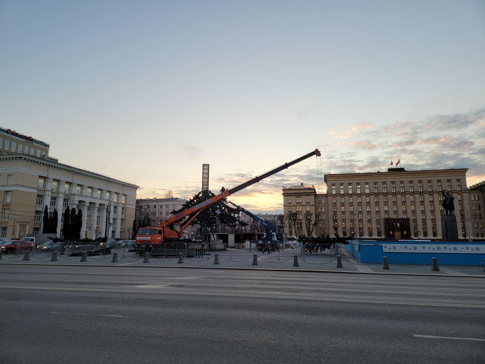 Установку новогодней елки начали на площади Ленина в Воронеже.